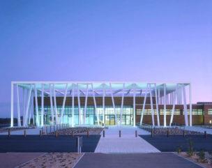 Le parvis du centre aquatique Aygueblue la nuit après l'inauguration